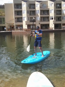a beginner stand up paddle board messing with the paddle